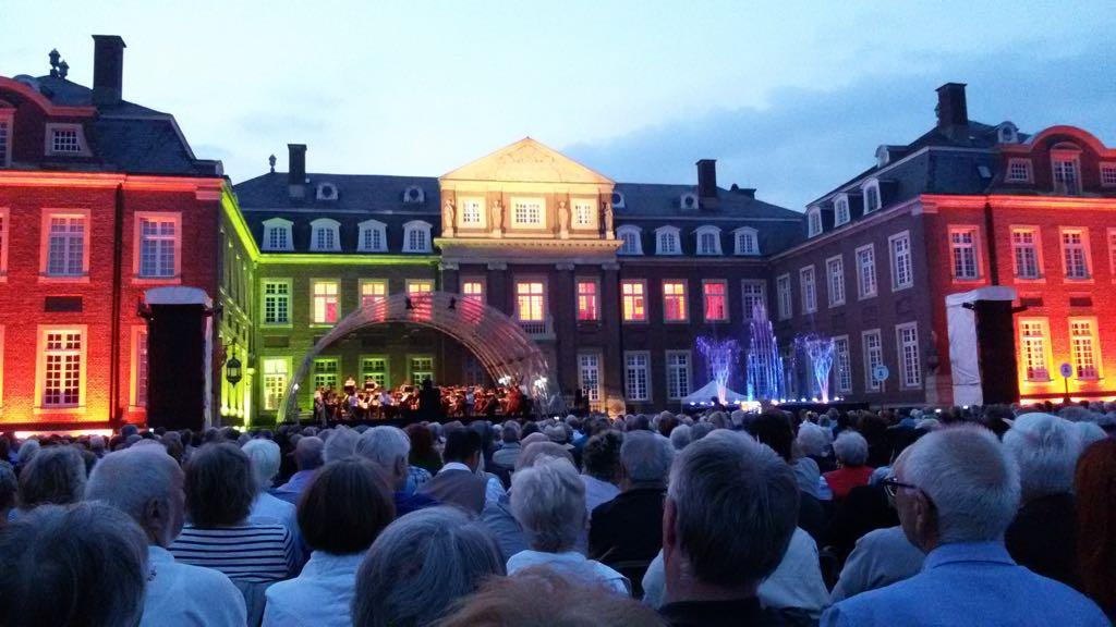 Schloss Nordkirchen mit Wasserspiel und Orchester