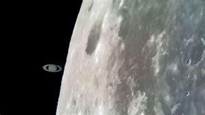 Saturn berührt den Mond